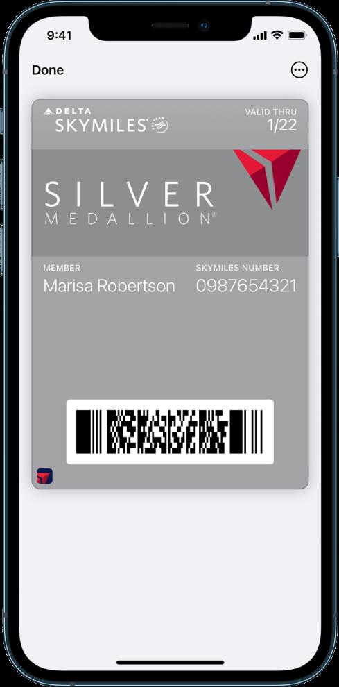 Бордна карта в Wallet (Портфейл), показваща информация за полета и QR код в долния край.