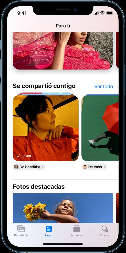 """En la app Fotos, la pantalla """"Para ti"""" muestra la colección de fotos """"Se compartió contigo"""". Debajo de cada colección se encuentra el nombre del contacto que te compartió las fotos y un botón para responderle."""