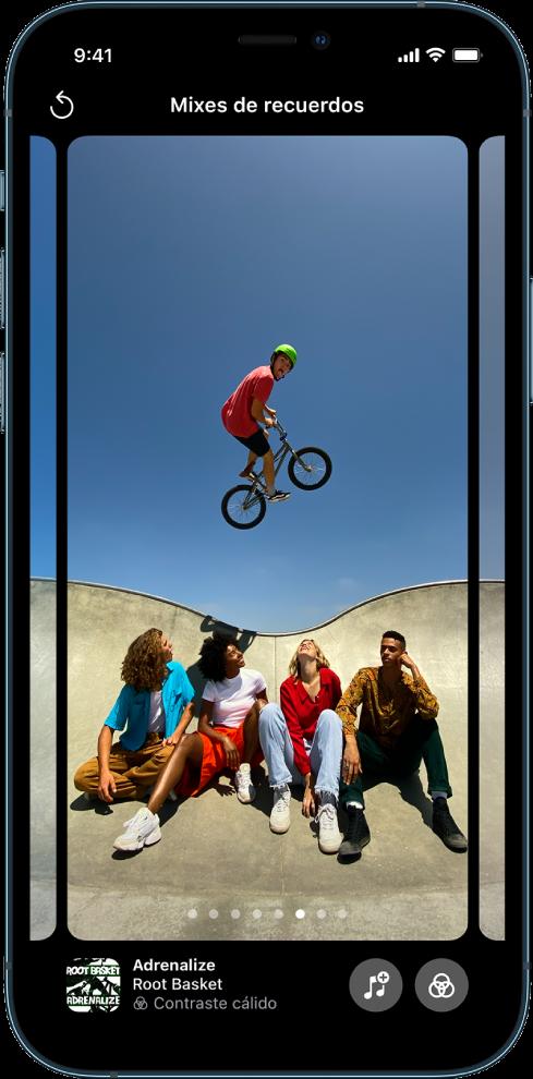 La pantalla de mixes de recuerdos en la app Fotos.