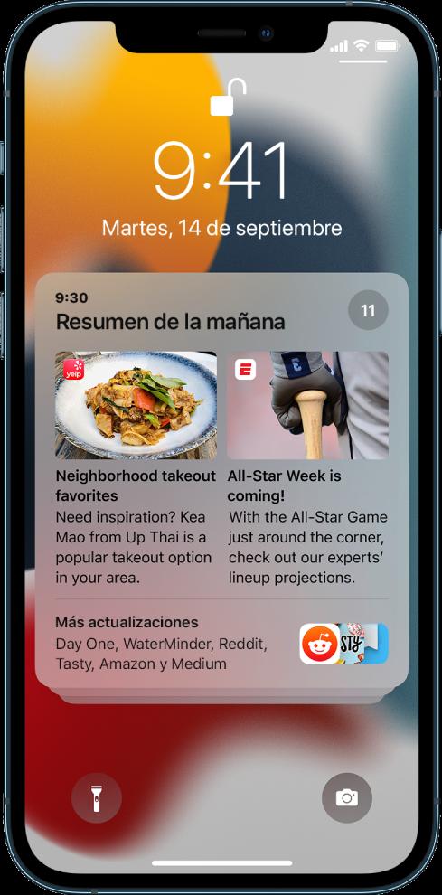 La pantalla bloqueada del iPhone con un resumen de notificaciones.