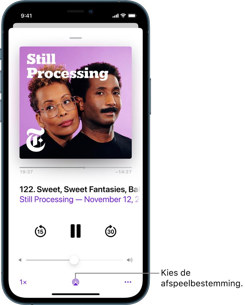 De afspeelregelaars van een podcast, met onder in het scherm onder andere de afspeelbestemmingsknop.
